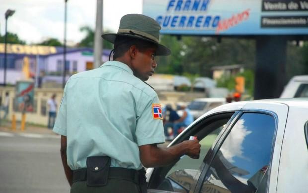 AMET fiscaliza más de 100 conductores por violar luz roja de semáforos