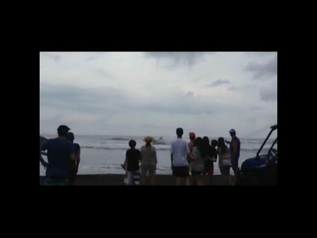 Video aficionado capta momento en que avioneta se precipita al mar