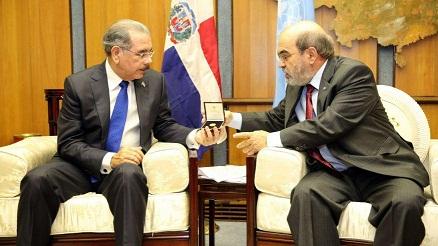 FAO reconoce RD por disminuir desnutrición; entrega medalla a Danilo