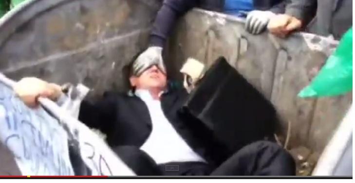 VIDEO: ¡Al zafacón! Lanzan a diputado en medio de protesta