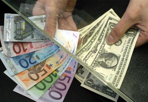 El dólar sube ante el euro y baja frente al yen