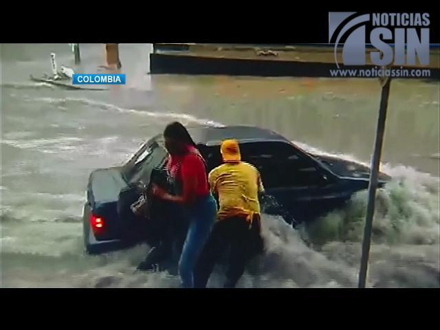 ¡Impactantes imágenes! Lluvias convierten calles de Colombia en ríos