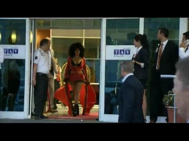 Lady Gaga llega a la ciudad de Estambul con una controversial vestimenta