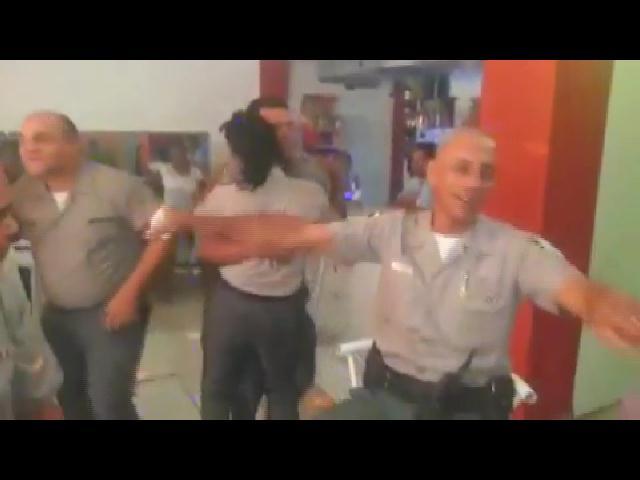 PN investiga video que muestra policía uniformados y bailando con armas de reglamento