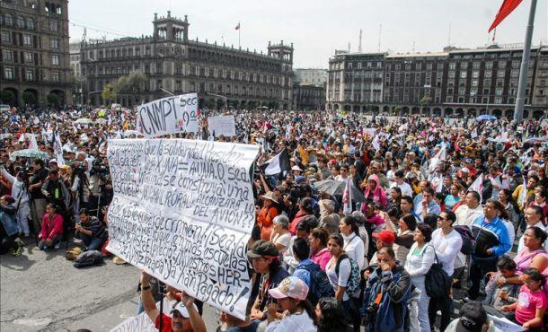 Gobierno México y movimientos protestan por estudiantes desaparecidos