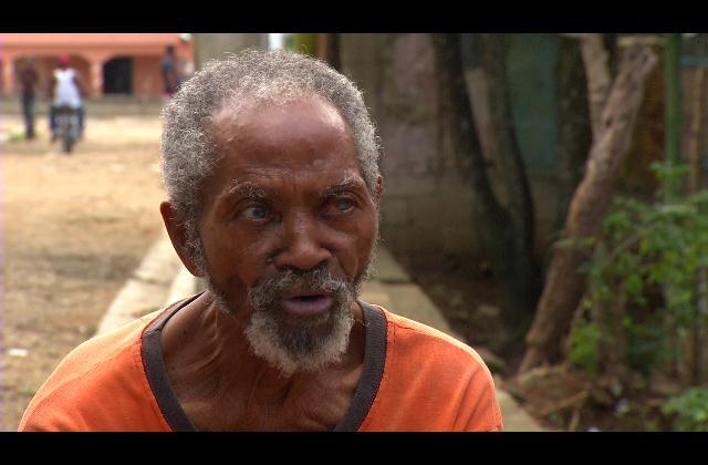 Anciano abandonado pide ayuda para salvaguardar su vida