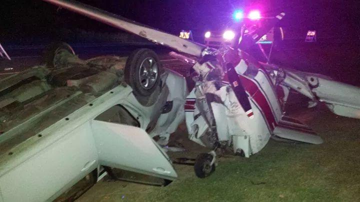Carro choca avioneta dejada en autovía El Coral