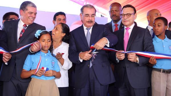 Medina inaugura tres centros escolares en provincia Santo Domingo