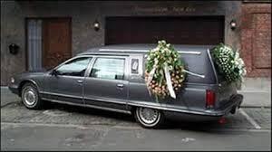 Demente roba carro fúnebre con cadáver dentro