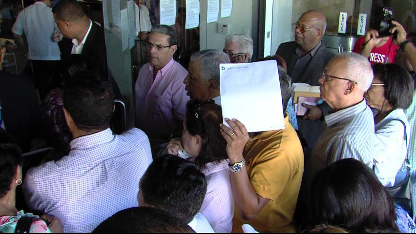 Decenas de personas acuden al Banco Peravia en busca de sus ahorros