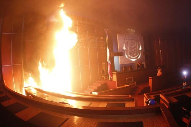 Manifestantes queman Congreso de Guerrero por 43 estudiantes desaparecidos