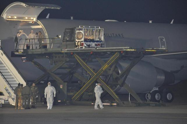 Italia recibe a su primer paciente de ébola, contagiado en Sierra Leona