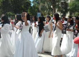 Mujeres vestidas de novia marchan en repudio a violencia contra la mujer