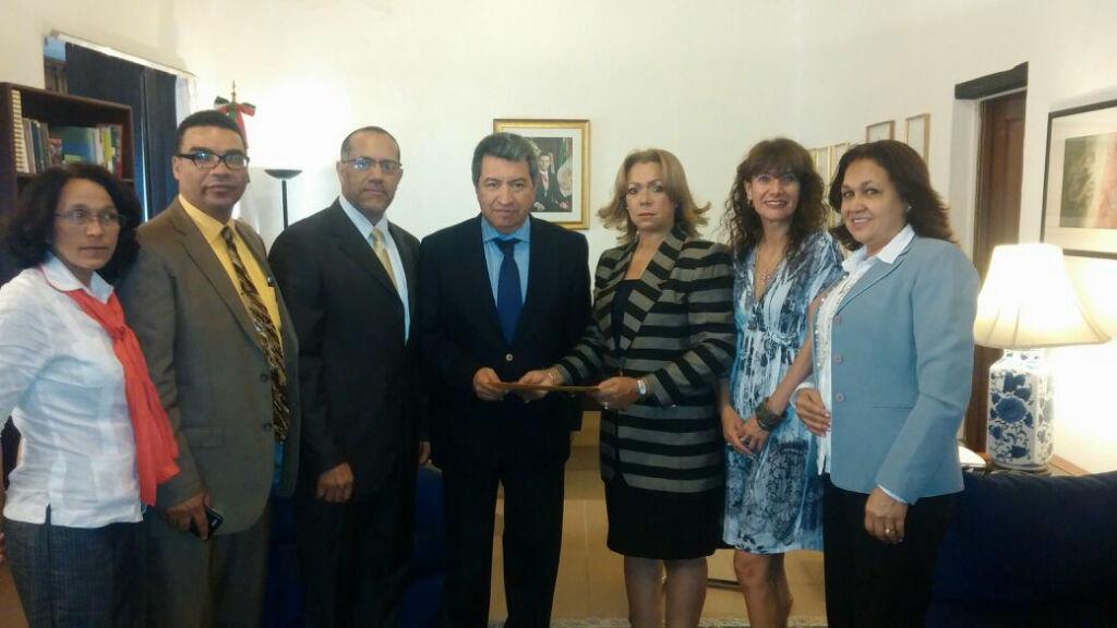 MIU entrega carta dirigida a Peña Nieto por caso estudiantes desaparecidos