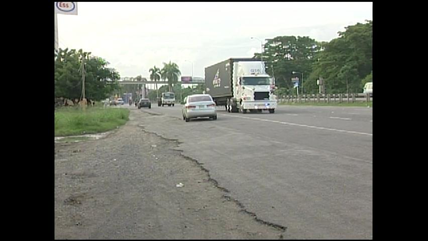 Denuncian conductores transitan en vía contraria autopista Las Américas