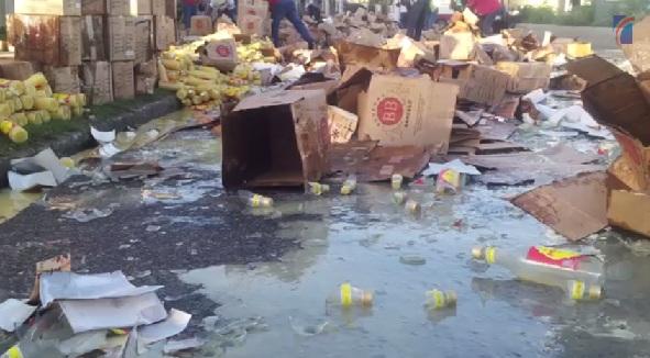 Fotos: Gran taponamiento en la Avenida República de Colombia tras camión volcarse lleno de cajas