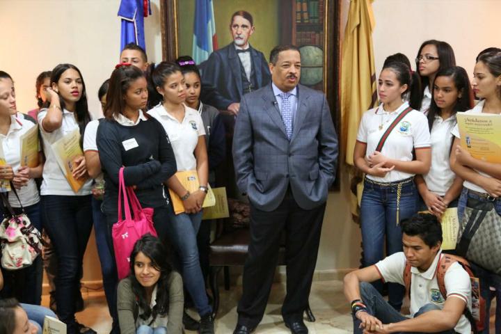 Estudiantes del Colegio Santo Domingo Savio de Jarabacoa visitan instalaciones JCE