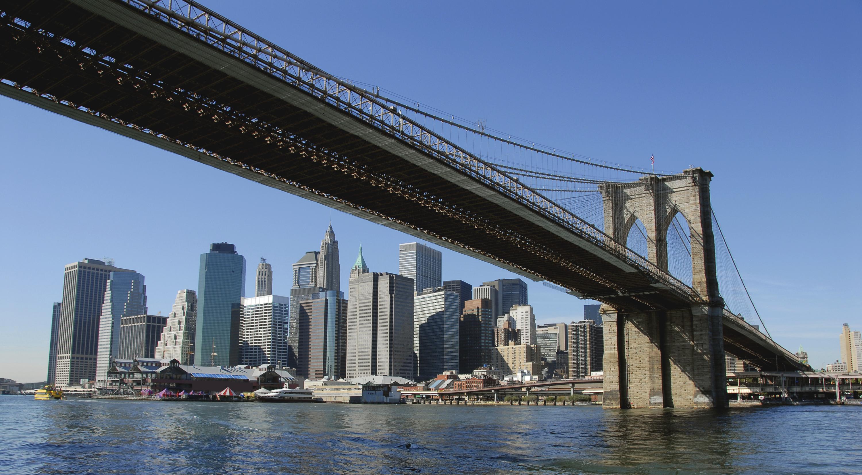 Barco choca el puente Brooklyn en Nueva York