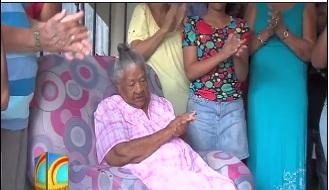 Mujer celebra junto a sus familiares sus 102 años