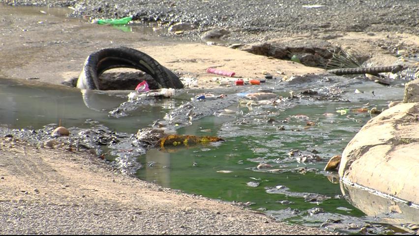Residentes en Maquiteria se quejan por fuga de aguas cloacales
