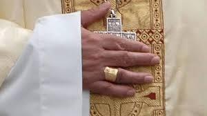 Mujer roba el anillo episcopal al obispo emérito de San Sebastián al besarle la mano