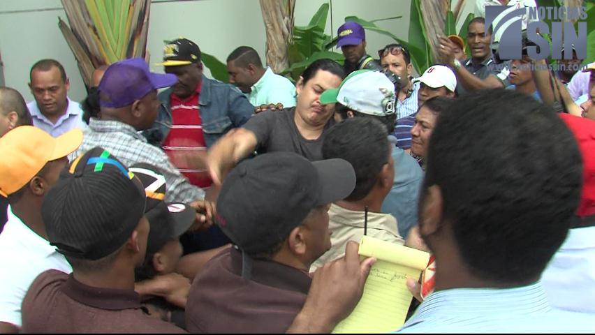 Grupos atacan reporteros en acto de Leonel