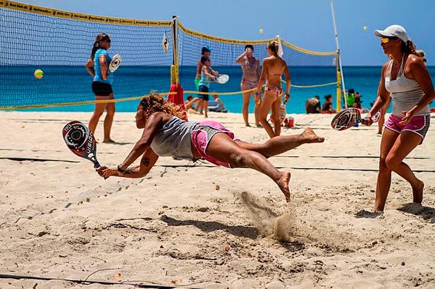 El tenis playa busca su espacio en las costas de Latinoamérica