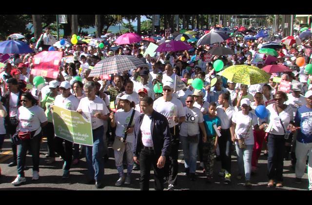 Cientos de católicos caminan en