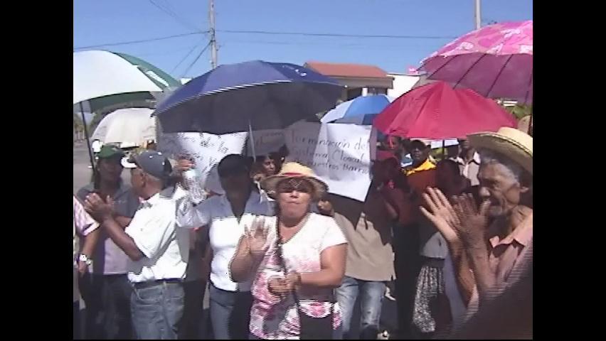 Residentes en San Juan protestan en demanda de arreglo de calles