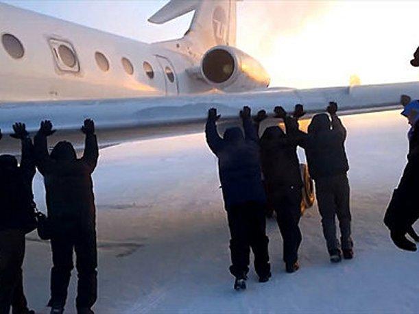 Pasajeros se ven obligados a empujar avión en Siberia