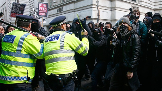 Policía arremete contra estudiantes que protestan en Londres