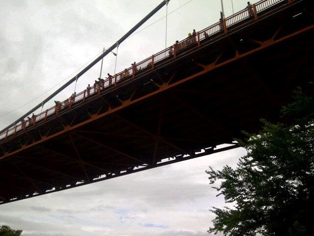Hombre se lanza de puente en Santiago
