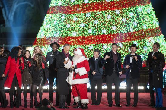 Los Obama encienden un árbol de Navidad junto a abetos decorados por niñas