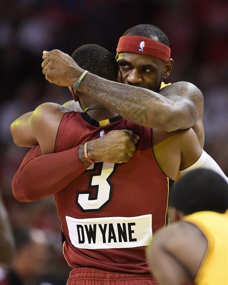 Dwyane Wade ganó duelo a LeBron James a su regreso a Miami