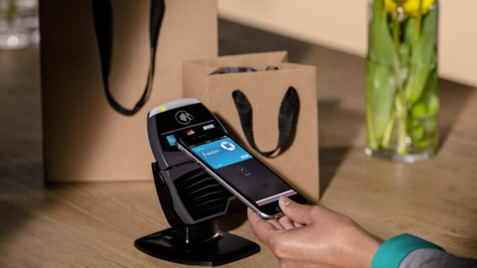 Sistema de pago electrónico Apple Pay suma apoyos de más bancos