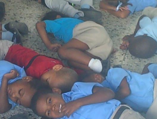 Estudiantes reciben docencia en el piso en escuela inaugurada recientemente