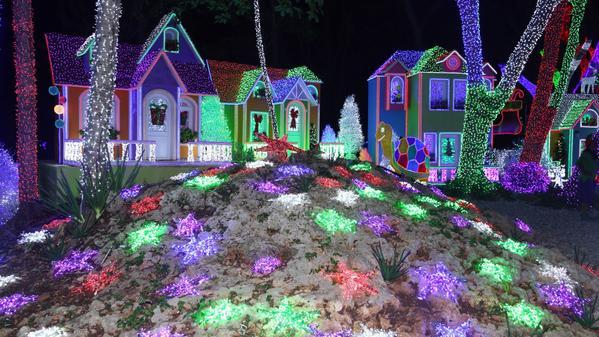 Medina asiste a inauguración de la segunda versión de Brillante Navidad