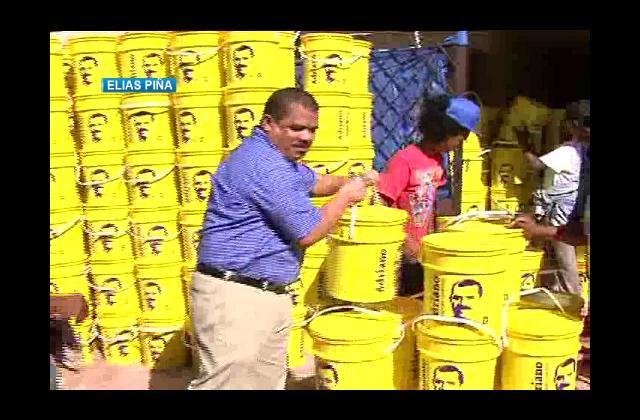 Senador de Elías Piña regala cubetas llenas de comida