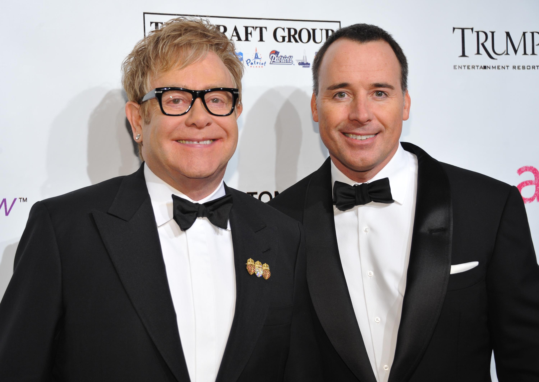 Elton John y David Furnish firman los documentos legales antes de la boda