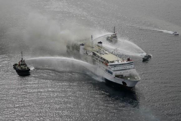 Un muerto y 165 rescatados del ferri italiano incendiado con 478 personas