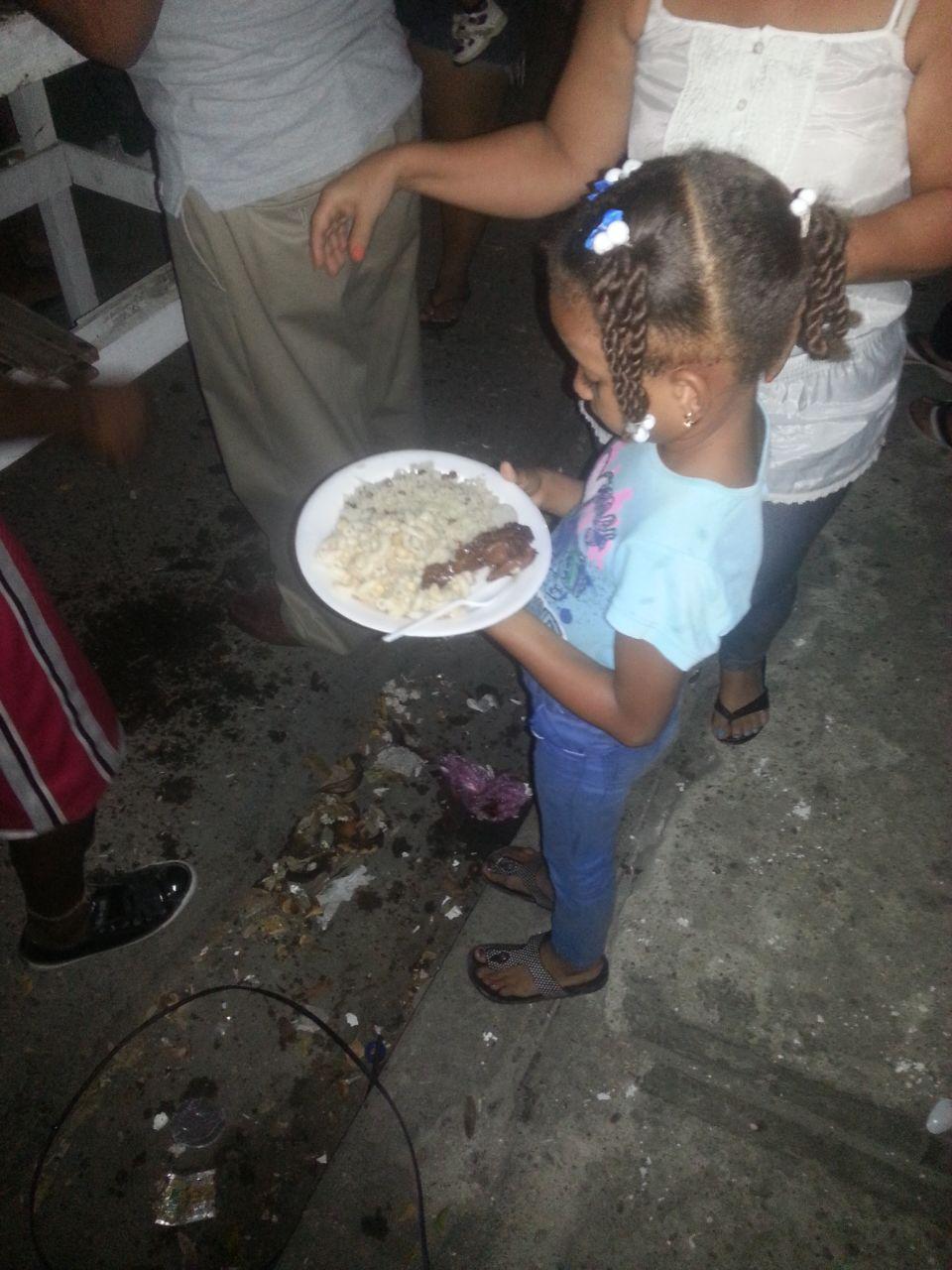 Cientos de niños beneficiados con cena navideña