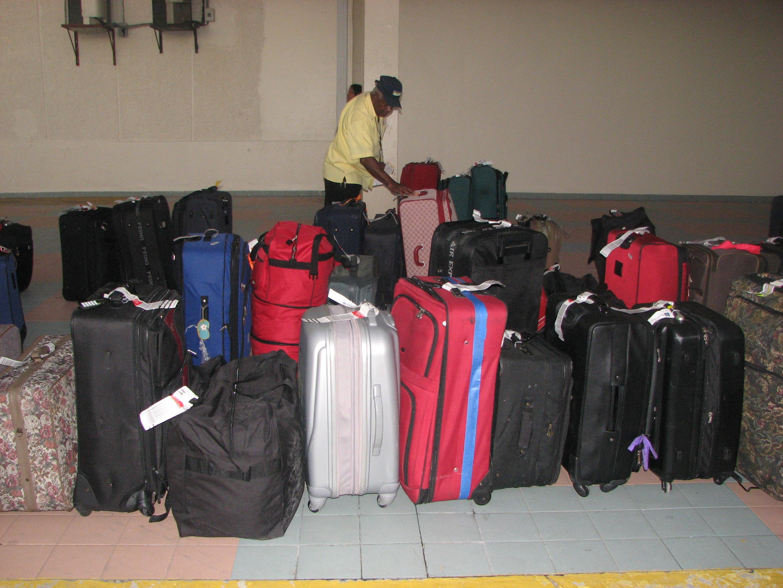 Pasajeros de AILA se quejan por retraso en entrega de equipajes