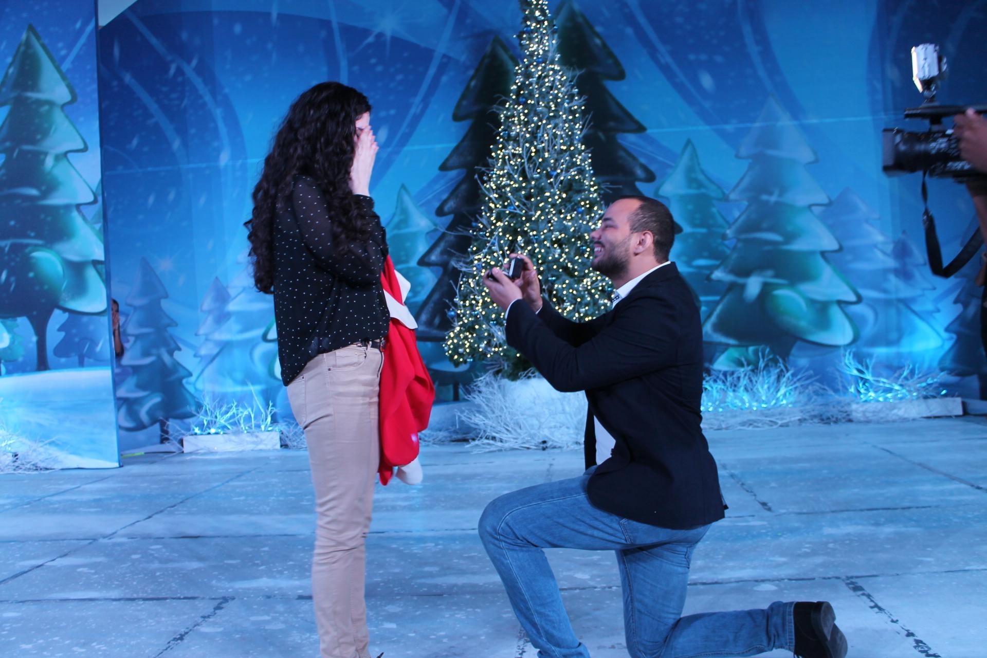 Hombre le pide matrimonio a su pareja en el Parque Iberoamericano