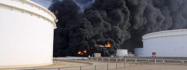 Se extiende incendio a cinco depósitos del mayor puerto petrolero de Libia