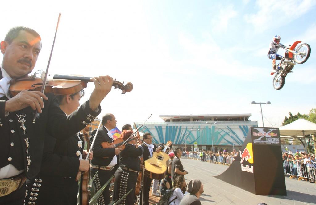 Motociclistas extremos ofrecen exhibición en la tradicional Plaza Garibaldi