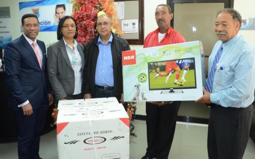 Sortean decenas de electrodomésticos a miembros de la Reserva de la PN
