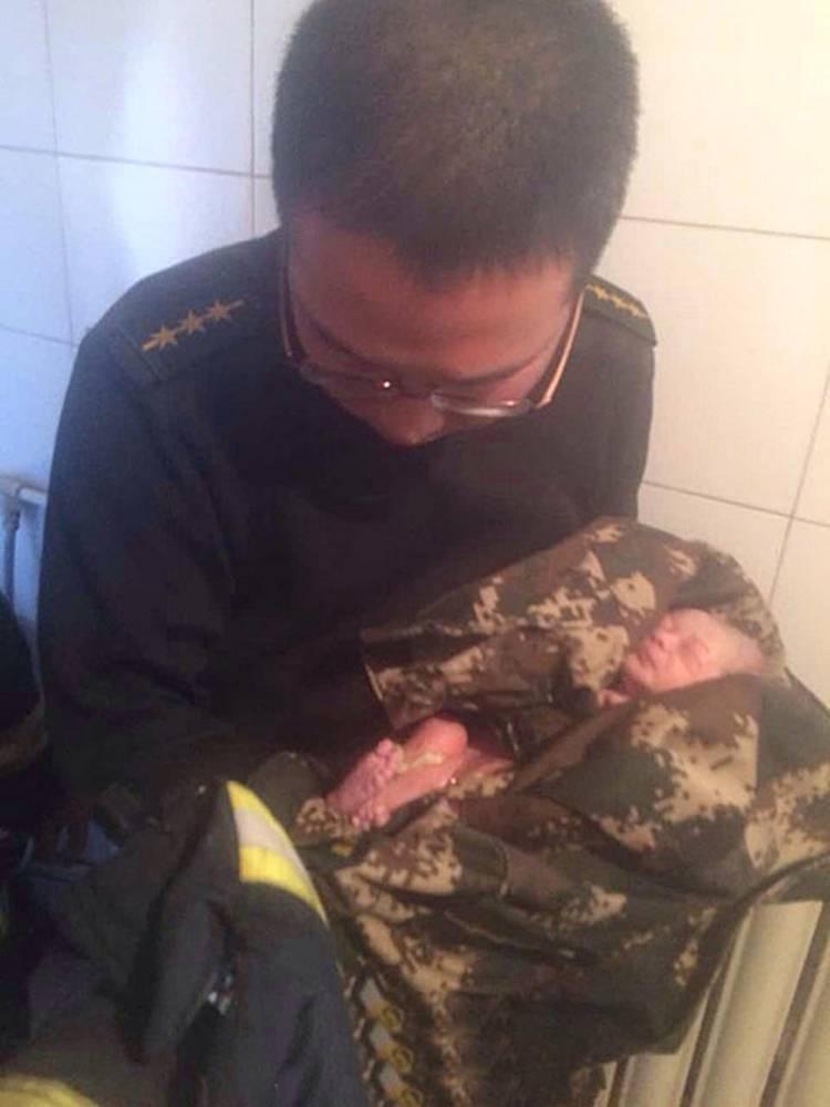 Rescatan bebé de alcantarilla tras madre tirarlo por el inodoro