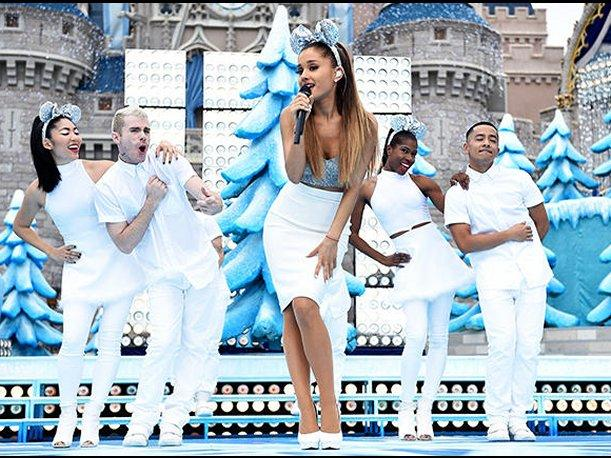 Ariana Grande presenta sencillo navideño en Disney