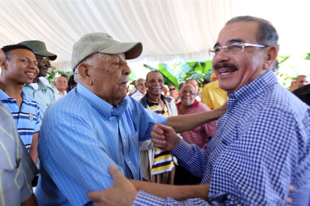 Presidente Medina visita comunidad de Pedro Brand