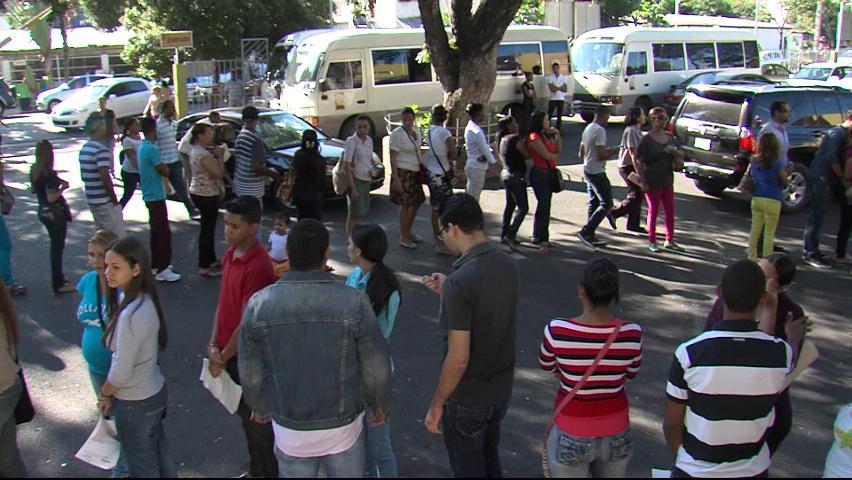Miles acuden a enfrentarse con largas filas en busca de documentos